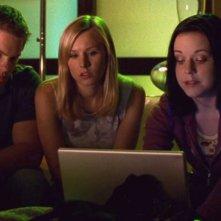 Teddy Dunn, Kristen Bell e Tina Majorino in una scena di Veronica Mars