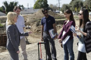 Amy Poehler, Paul Schneider, Aziz Ansari, Rashida Jones ed Aubrey Plaza in una scena dell'episodio Canvassing di Parks and Recreation