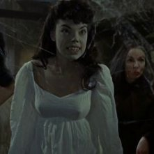 Andree Melly e Marie Devereux in una sequenza di Le spose di Dracula