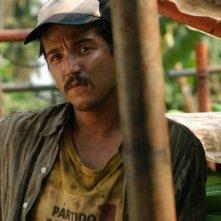 Diego Luna in una scena del film Rudo y Cursi
