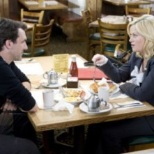 Paul Schneider ed Amy Poehler nell'episodio The Reporter di Parks and Recreation
