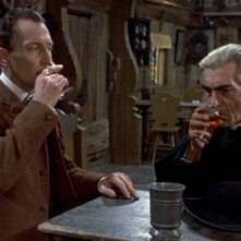 Peter Cushing e Fred Johnson in una scena di Le spose di Dracula