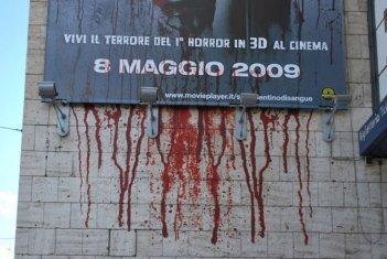 Una immagine della campagna shock studiata per San Valentino di sangue in 3D a Roma
