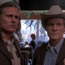 William Sadler e Michael Horse in una scena del primo episodio del telefilm Roswell
