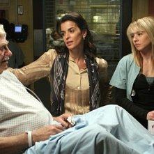 Annabella Sciorra insieme a Linda Cardellini e Seymour Cassel nell'episodio 'Paternità - 2' della serie tv ER - Medici in prima linea