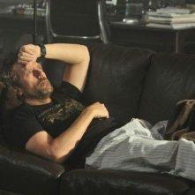 Hugh Laurie in una scena tratta da Under My Skin di Dr. House: Medical Division