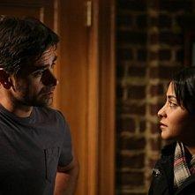 John Stamos con Parminder Nagra nell'episodio 'Dying Is Easy...' della serie tv ER - Medici in prima linea