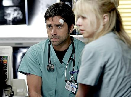 Linda Cardellini insieme a John Stamos nell'episodio 'Somebody to love' della serie tv ER - Medici in prima linea