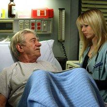Linda Cardellini insieme a Seymour Cassel nell'episodio 'Paternità - 2' della serie tv ER - Medici in prima linea
