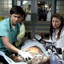 Maura Tierney e John Stamos nell'episodio 'The Book of Abby' della serie tv ER - Medici in prima linea