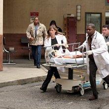 Maura Tierney e Mekhi Phifer in una scea dell'episodio 'Family Business' della serie tv ER - Medici in prima linea