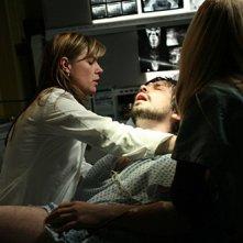 Maura Tierney in una scena drammatica dell'episodio 'Dying Is Easy...' della serie tv ER - Medici in prima linea