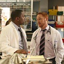 Mekhi Phifer e Scott Grimes in una scena dell'episodio ' A luci spente - 2 ' della serie tv ER - Medici in prima linea