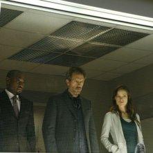 Omar Epps, Hugh Laurie e Olivia Wilde in una scena di Under My Skin di Dr. House: Medical Division