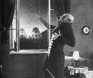 Orlock (Max Schreck) si dissolve con l'alba in Nosferatu