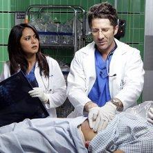 Parminder Nagra e Lelan Orser nell'episodio 'Shifting Equilibrium' dell'ultima stagione di ER - Medici in prima linea