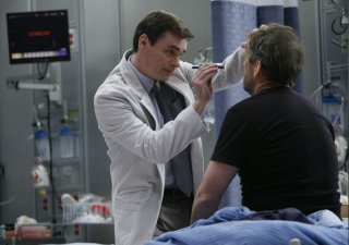 Robert Sean Leonard e Hugh Laurie in una scena di Under My Skin di Dr. House: Medical Division