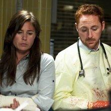 Scott Grimes e Maura Tierney in una scena dell'episodio 'Life After Death' della serie tv ER - Medici in prima linea