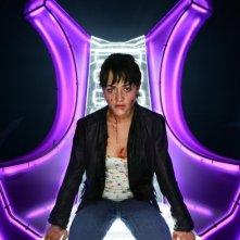 Shelley Conn rinchiusa in confessionale per sfuggire a una spaventosa invasione di zombie nella serie televisiva Dead Set