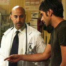 Stanley Tucci e John Stamos nella premiere della quattordicesima stagione di ER , dal titolo: La Guerra arriva in casa