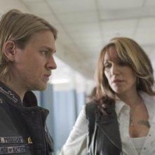 Charlie Hunnam e Katey Sagal in una scena del pilot di Sons of Anarchy