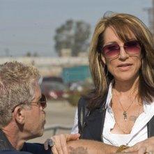 Katey Sagal e Ron Perlman in una scena del pilot di Sons of Anarchy
