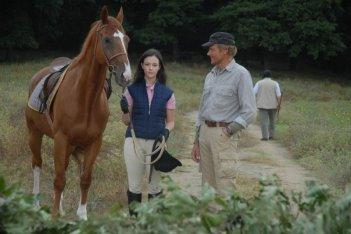 Marta Gastini e Terence Hill in una scena della miniserie L'uomo che cavalcava nel buio