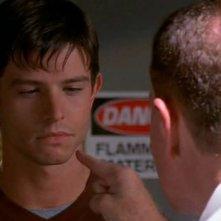 Milton Ross indica Max nell'episodio 'Il bivio' di Roswell (nella foto, Steve Hitner e Jason Behr)