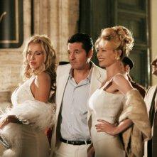 Teo Mammucari, Anna Falchi e Valeria Marini in una scena della serie TV Piper