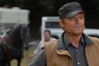 Terence Hill in un'immagine della miniserie L'uomo che cavalcava nel buio