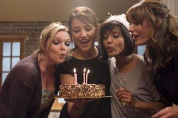 Il cast di Amanti in una scena della serie