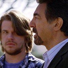 In primo piano Joe Mantegna insieme a David Tom in una scena dell'episodio 'Il tassello mancante' della serie tv Criminal Minds