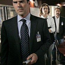 In primo piano Thomas Gibson, a seguire Matthew Gray Gubler e Joe Mantegna nell'episodio 'Bassa intensità', finale della terza stagione di Criminal Minds