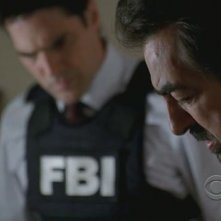 Joe Mantegna e in secondo piano, Thomas Gibson nell'episodio 'House on fire' della quarta stagione di Criminal Minds