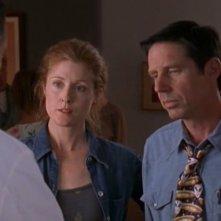 John Doe (Jeff Parker) e Jo Anderson (Nancy Parker) nell'episodio 'Una vita normale' di Roswell