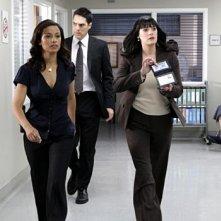 Meta Golding, Paget Brewster e Thomas Gibson in secondo piano, nell'episodio 'Di padre in figlio' della serie tv Criminal Minds