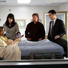 Paget Brewster con Adair Tishler, Thomas Gibson e John Bishop nell'episodio 'Di padre in figlio' della serie tv Criminal Minds