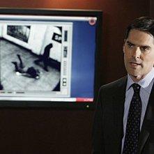 Thomas Gibson illustra i termini del caso nell'episodio 'Bassa intensità', finale della terza stagione di Criminal Minds