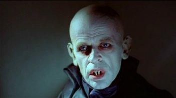 Un primo piano di Klaus Kinski in Nosferatu, principe della notte