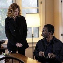 Vondie Curtis-Hall con Lolita Davidovich nell'episodio 'Il conforto della morte' della serie tv Criminal Minds