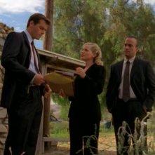 Julie Benz parla con Richard A. Crenna nell'episodio 'Il diario scomparso' di Roswell