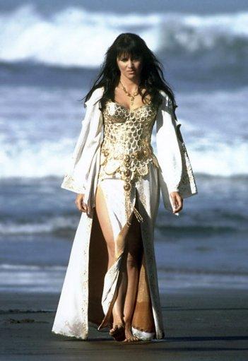 Lucy Lawless in spiaggia nella serie 'Xena: Principessa Guerriera'