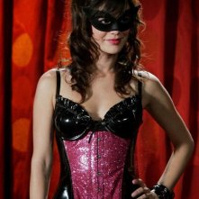 Rachel Bilson in costume e mascherina per la serie The O.C.