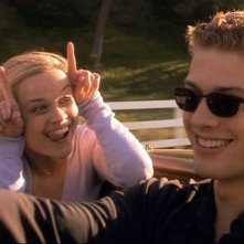 Annette Hargrove (R. Witherspoon) cerca di far ridere Sebastian Valmont (R. Phillippe) nel film 'Cruel Intentions'