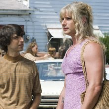 Demetri Martin e un irriconoscibile Liev Schreiber in una immagine del film Taking Woodstock