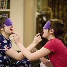 Demi Lovato ed Eden Sher in una scena dell'episodio Three's Not Company di Sonny tra le stelle