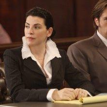 Julianna Margulies e Zak Orth in una scena della serie Canterbury's Law
