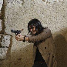 Romina Mondello in una sequenza d'azione della serie televisiva L'isola dei segreti