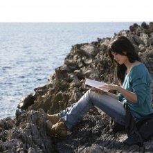 Romina Mondello seduta sugli scogli de L'isola dei segreti