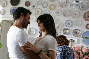 Salvatore Lazzaro e Romina Mondello in una scena della fiction L'isola dei segreti